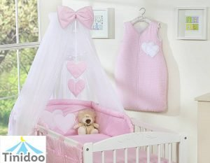 lit bébé fille de couleur rose