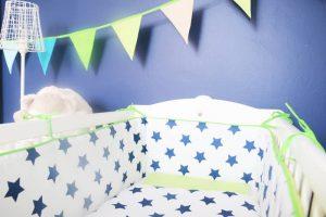 tour de lit bleu à étoiles pour berceau