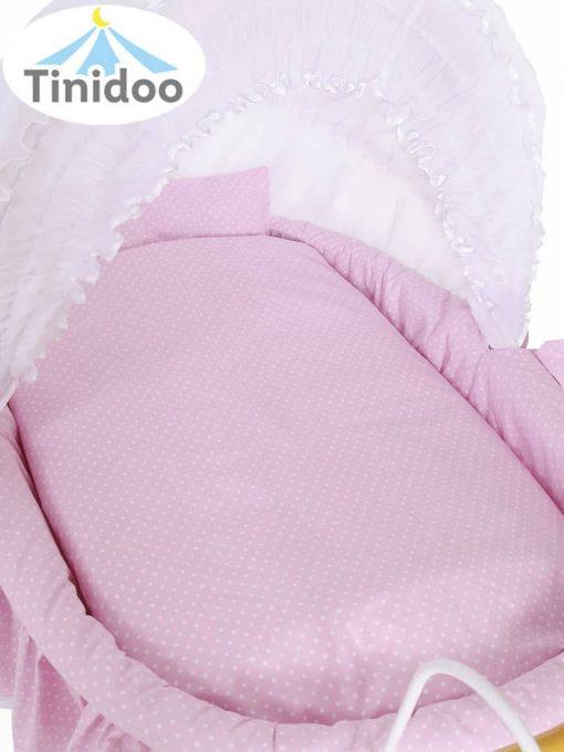 lit bébé avec parure de lit rose
