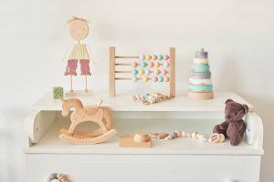 une chambre bébé avec materiaux naturels