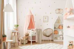 mur à points en or dans chambre bébé fille